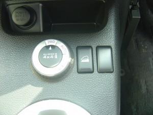 4WD切替ダイヤル、ヒルディセンドコントロールスイッチ