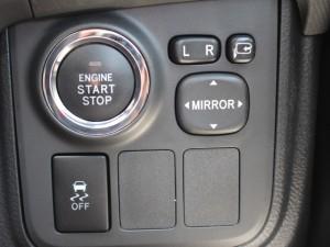 エンジンスタートボタン、トラクションコントロールスイッチ