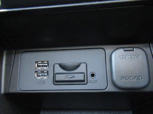 USB、SD、AUX端子、パワーアウトレット