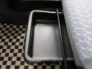 助手席シート下収納
