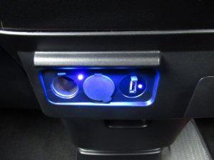 パワーアウトレット、USB端子