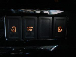 左電動スライド、オートステップ、右電動スライドスイッチ