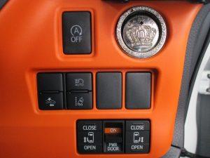 アイドリングストップ、プッシュスタートボタン、オートハイビーム、プリクラッシュセーフティー、車線逸脱防止装置、電動スライドドアスイッチ