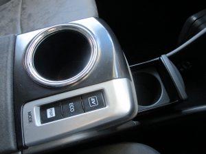 前席ドリンクホルダー、ドライブモード切替スイッチ